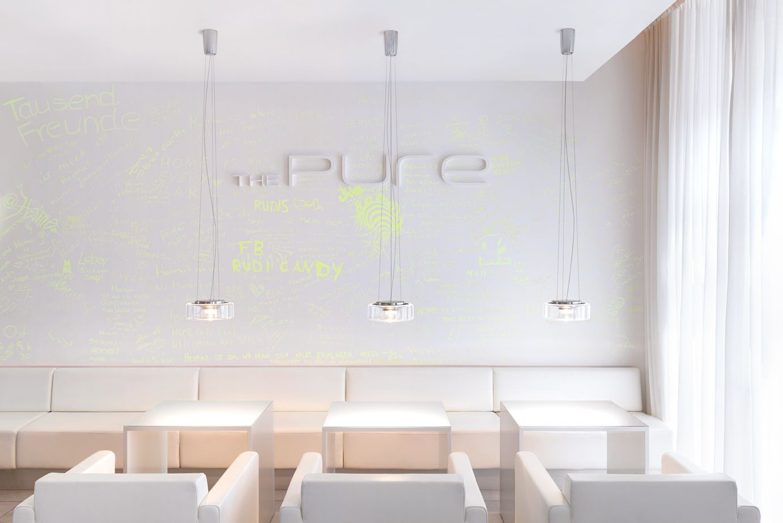 serien.lighting @ The pure Hotel, Franfurt am Main.  CURLING LED Suspension - Rope,   clear glass shade.  http://serien.com/produkte/curling/suspension/ Foto: Farideh Fotgrafie