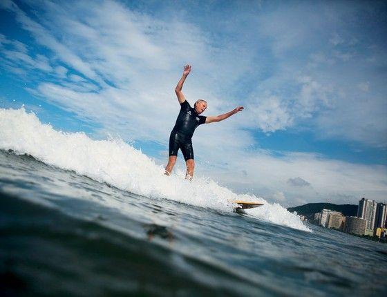 Escola pública de surfe ,em Santos. A cidade encarou  a crise financeira com soluções baratas e criativas (Foto: Nacho Doce / Reuters)