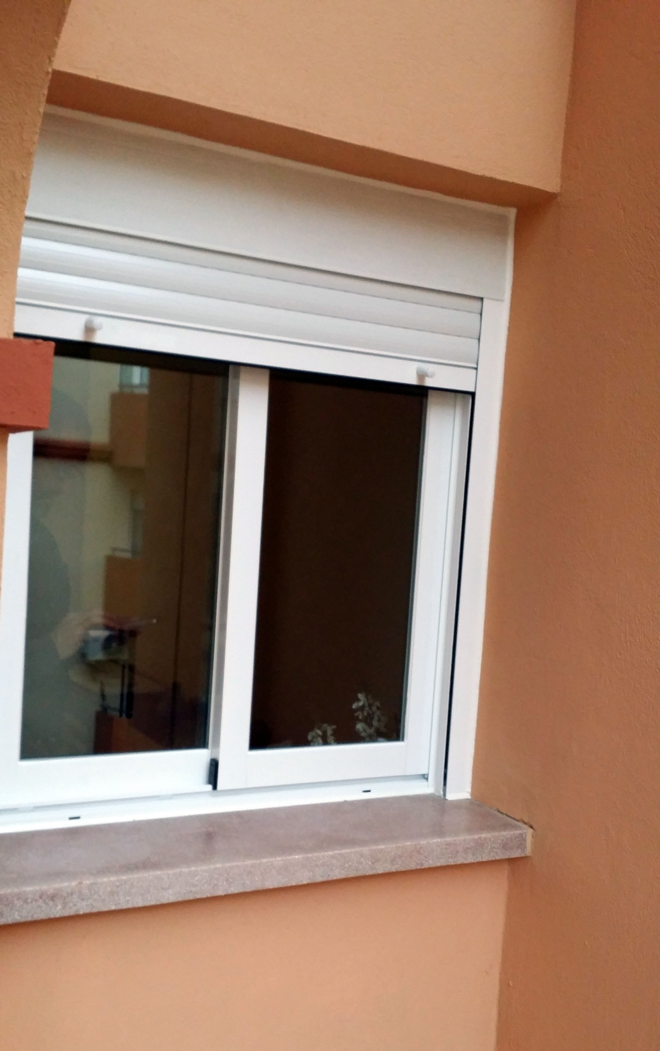 Ventana de aluminio con persiana color blanco proyectos for Persianas de fachada simulador de color