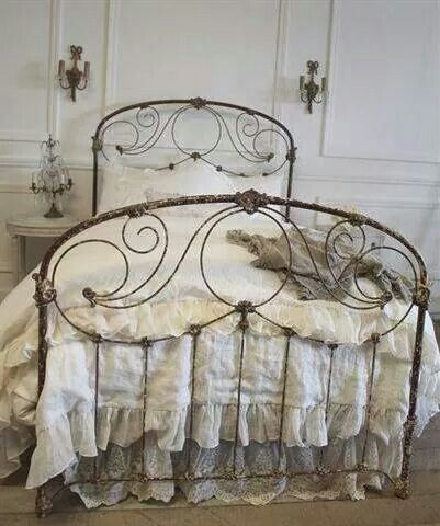 French Chic And Shabby With Images Vintage Bed Chic Bedroom