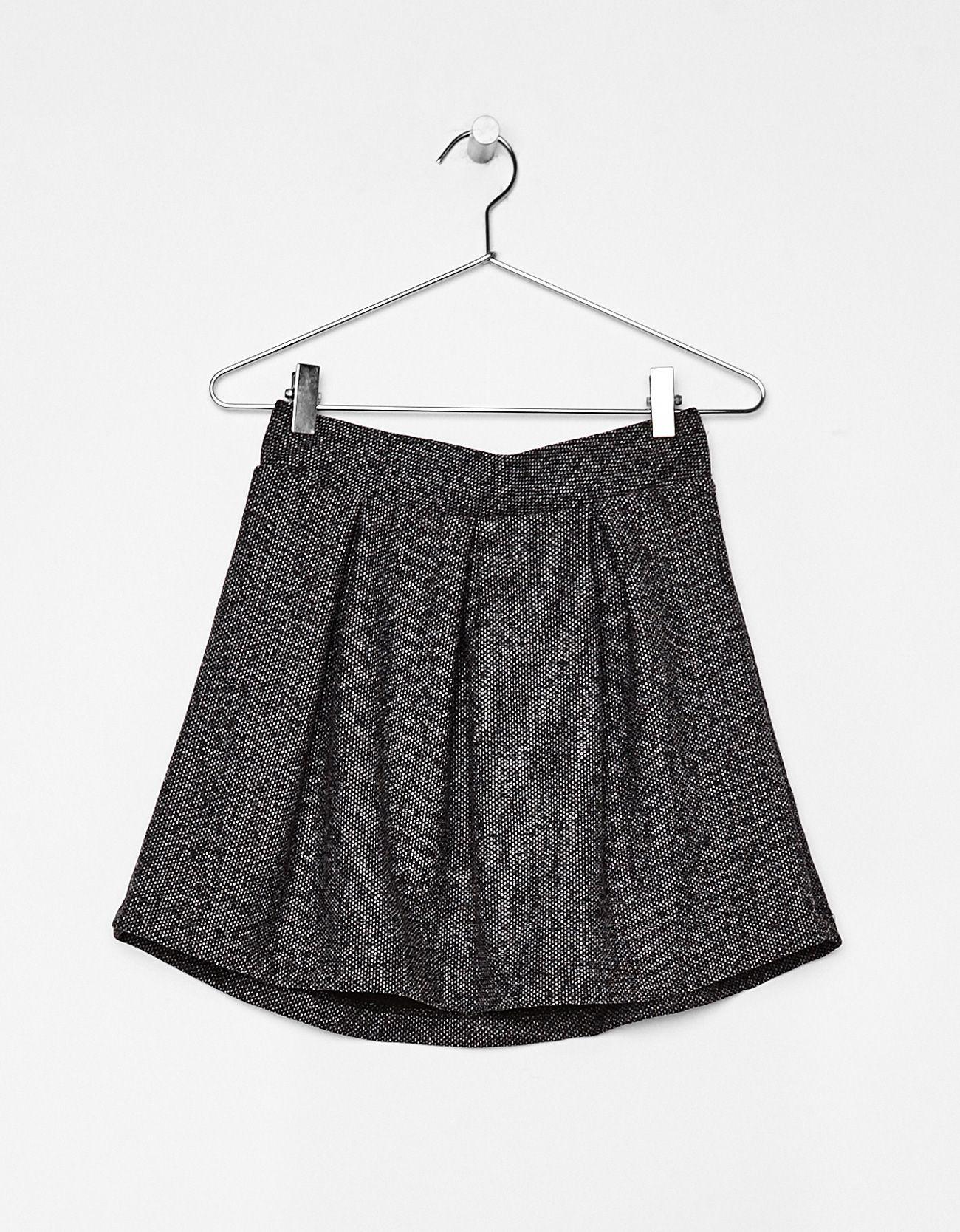 Falda corta plisada. Descubre ésta y muchas otras prendas en Bershka con nuevos productos cada semana