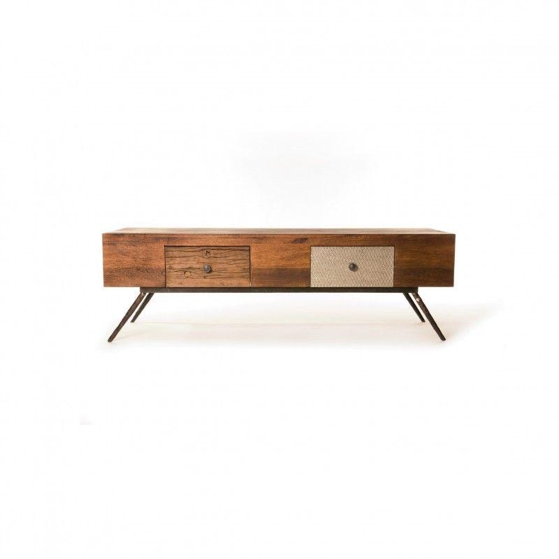 Dies Möbelreihe wird aus Akazienholz, Mangoholz und MDF hergestellt. Die Tür- und Schubladenfronten sind zum Teil mit verkupferten Metall- und geprägten Weißblechen gerüstet. Das alte verwitterte Holz stammt original von indischen Eisenbahntrassen. [549,00€]
