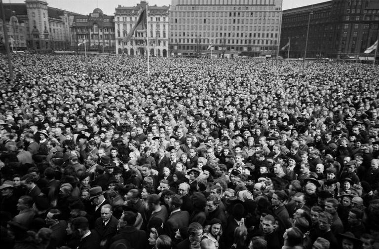 Vasemmistopuolueiden järjestämä rauhanjuhla liittoutuneiden voiton kunniaksi Rautatientorilla.  Kannisto Väinö 10.5.1945 Helsingin kaupunginmuseo