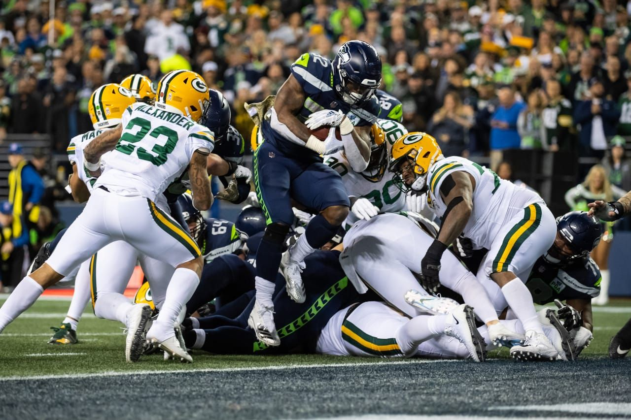 Seattle S Chris Carson Crashes Into The End Zone For A Touchdown In The Second Quarter Seahawks Nfl Seattle Seattle Seahawks