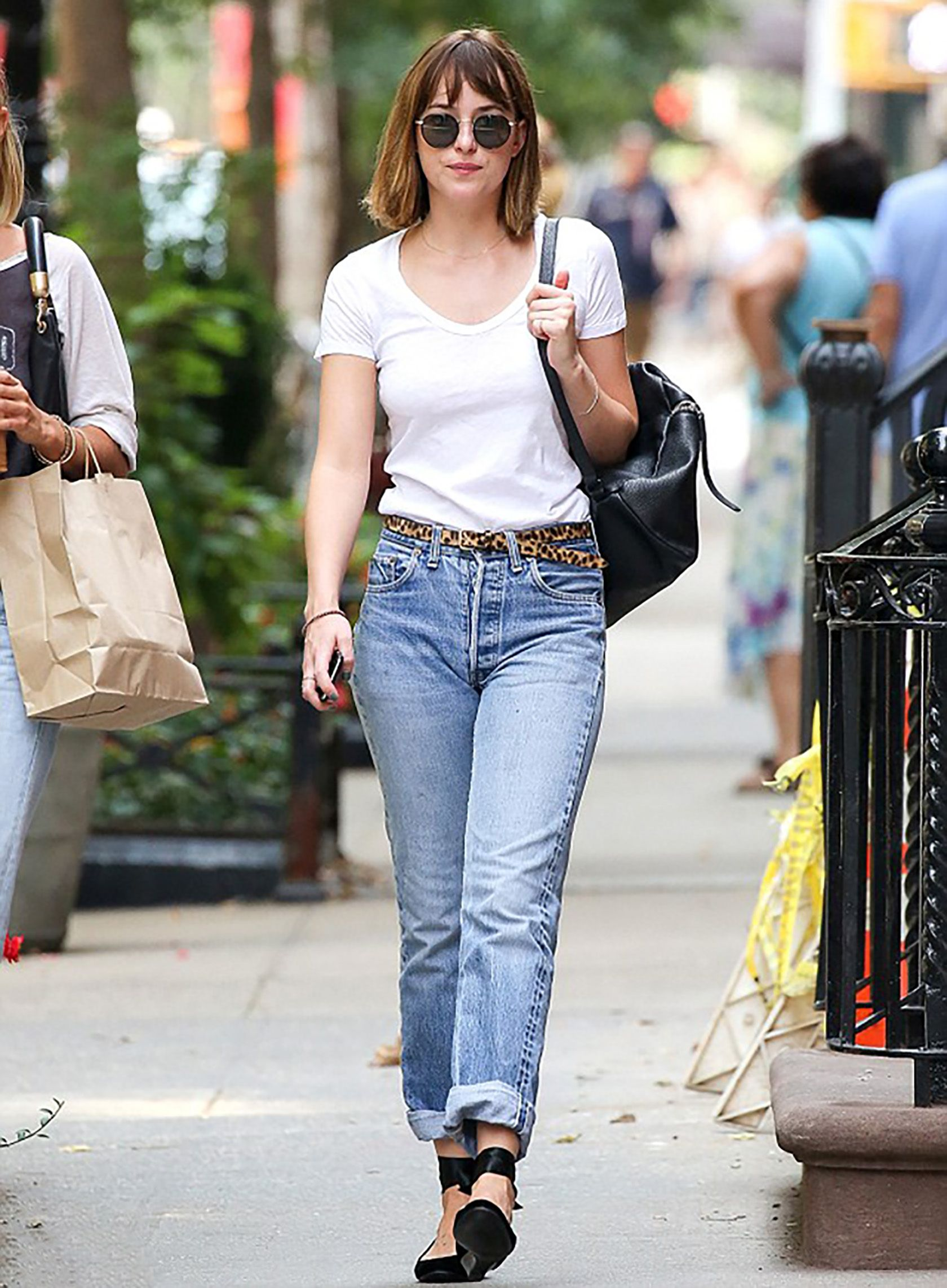 643139494 Sydne Style shows how to wear the mom jeans trend like dakota johnson
