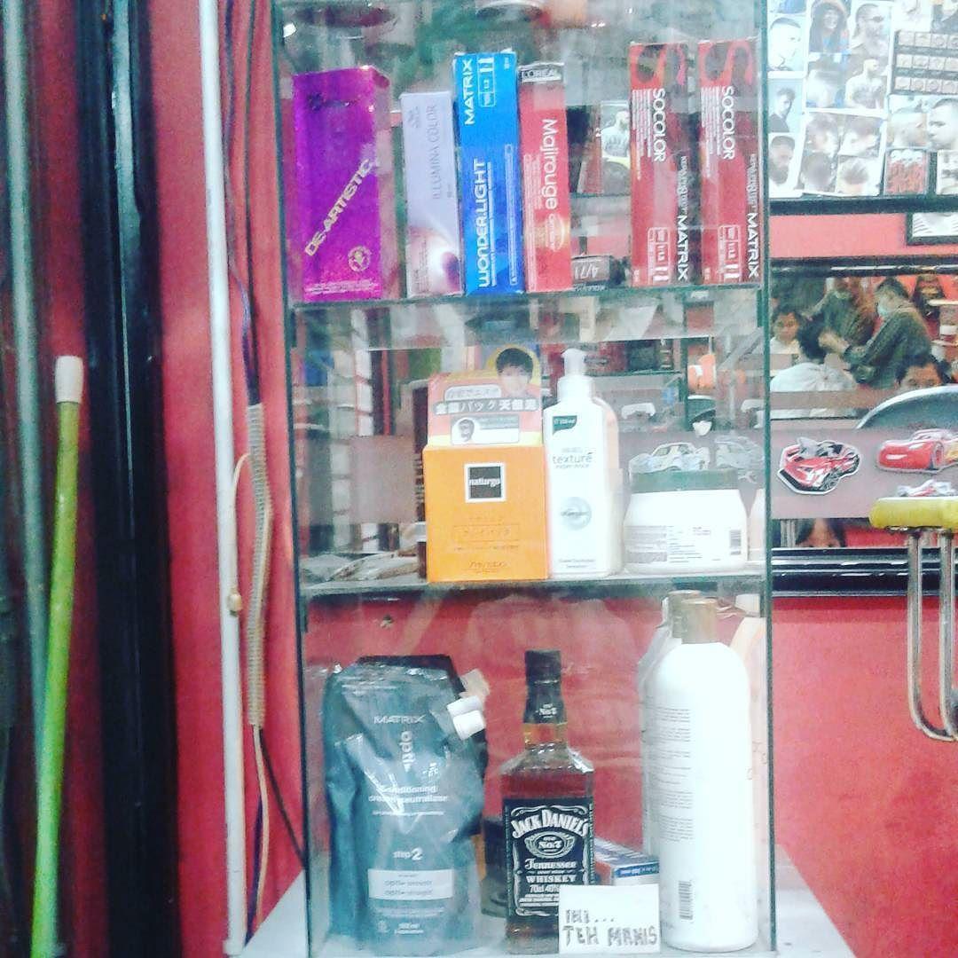 Mampir ke #barber #blackwhite sebelum gabut sendirian jalan jalan ngiterin JAKarta  . . . . #likeforlikealways #likeforfollow #barbershop  by rizkyy_135