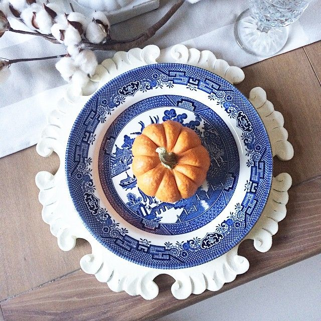 Blue and orange never looked so good together. This table setting is perfect for fall.