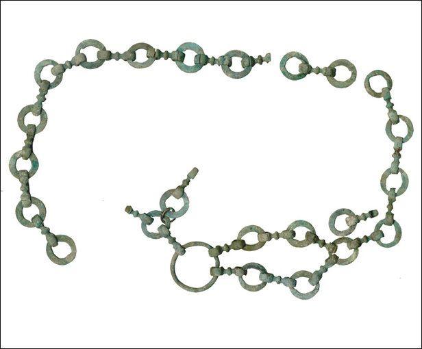 Un riche mobilier métallique de facture soignée a été trouvé dans une sépulture féminine, comme en témoigne cette ceinture en alliage cuivreux.  Cl. : R. Jémin/Inrap