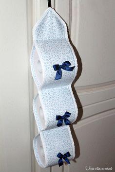 un tutorial per cucire un porta rotoli in tessuto per il bagno con tre spazi