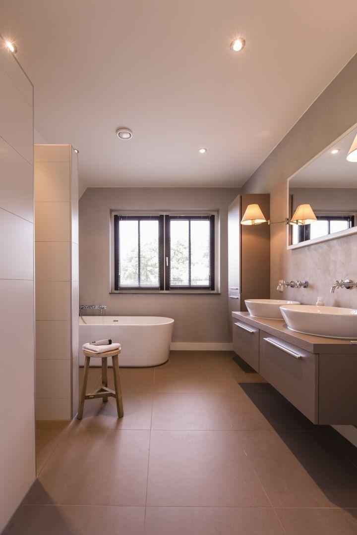 Warme kleuren. Landhuis met luxe badkamer, dubbele wastafel ...