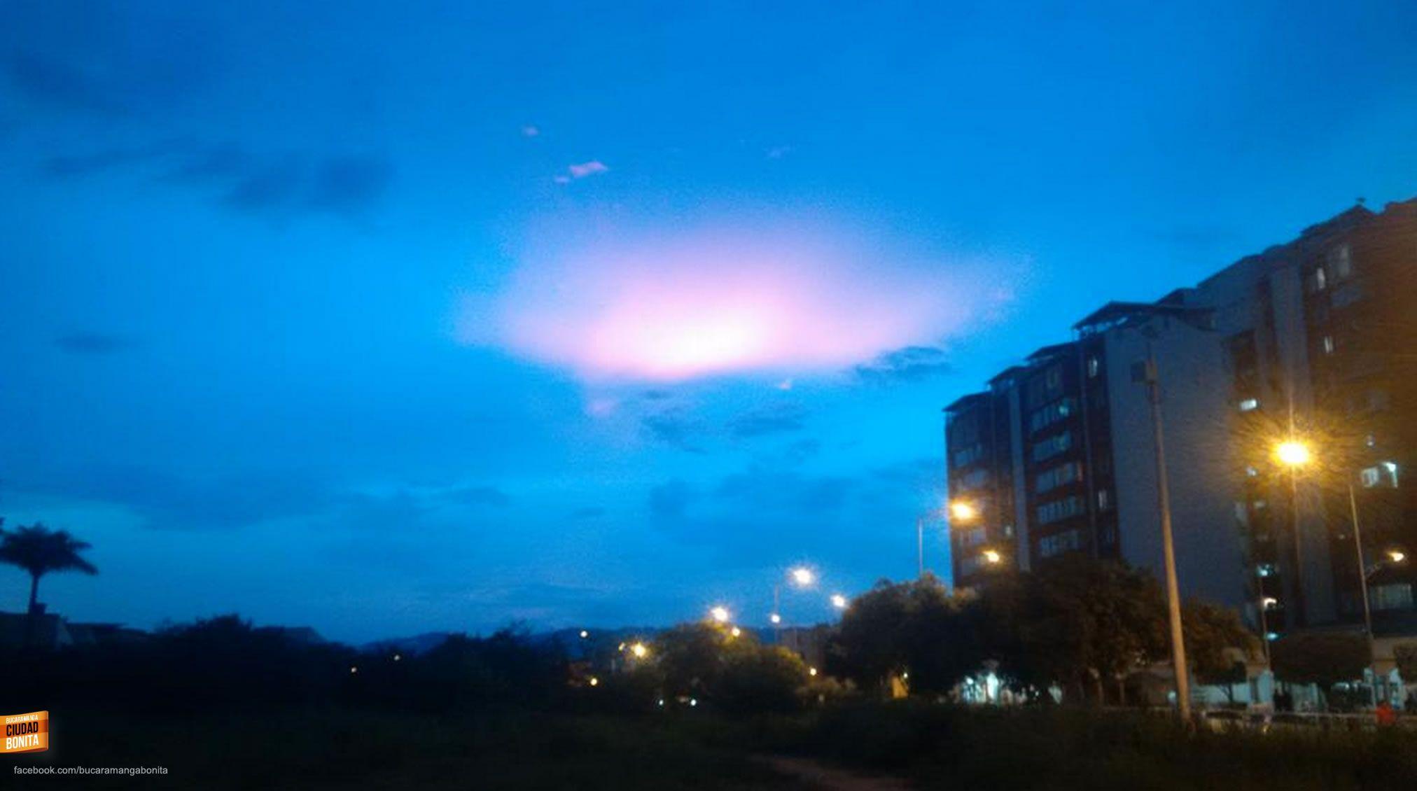 El cielo de Bucaramanga al atardecer que nos regala mágicas sorpresas. Gracias @dlizcano1 por la foto #atardecerBUC