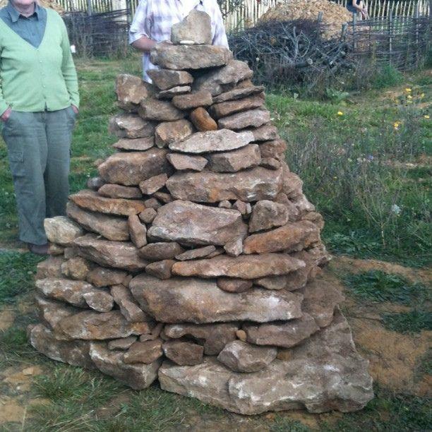 Unser Abschlussprojekt Steinpyramide Im Hortus Insektorum Stadtimker Ausflug Stone Garden Paths Garden Paths Herbology