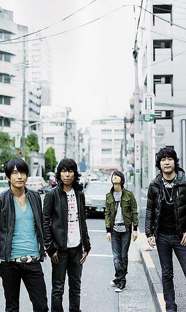 路上に立っている四人のmr.childrenの壁紙