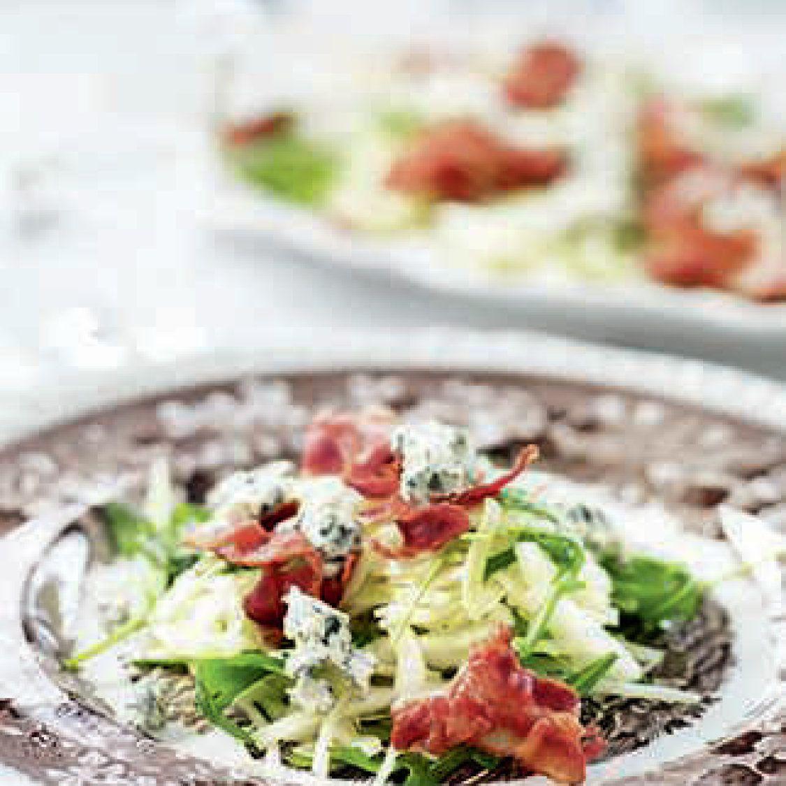 Kål- och rucolasallad med knaperstekt bacon och ädelost - Recept - Stowr