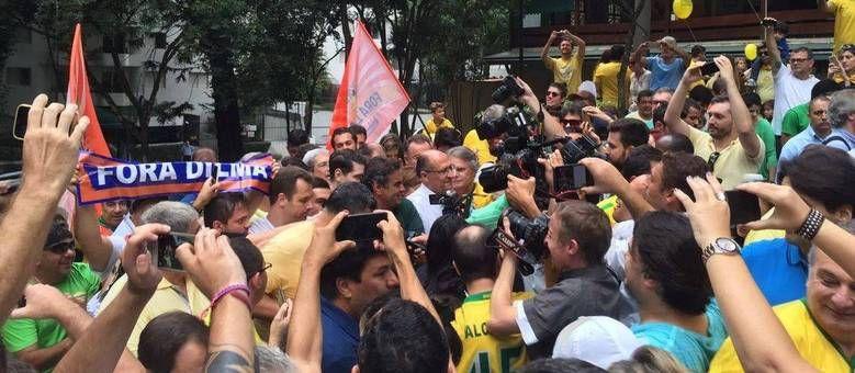 """Manifestantes gritavam """"ladrão de merenda"""" e """"corruptos"""" para governador e senador"""