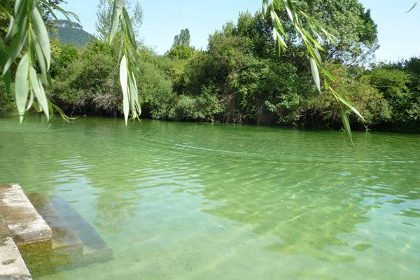 Playa fluvial de zudaire ubicada al lado del nacedro del for Piscinas naturales urederra