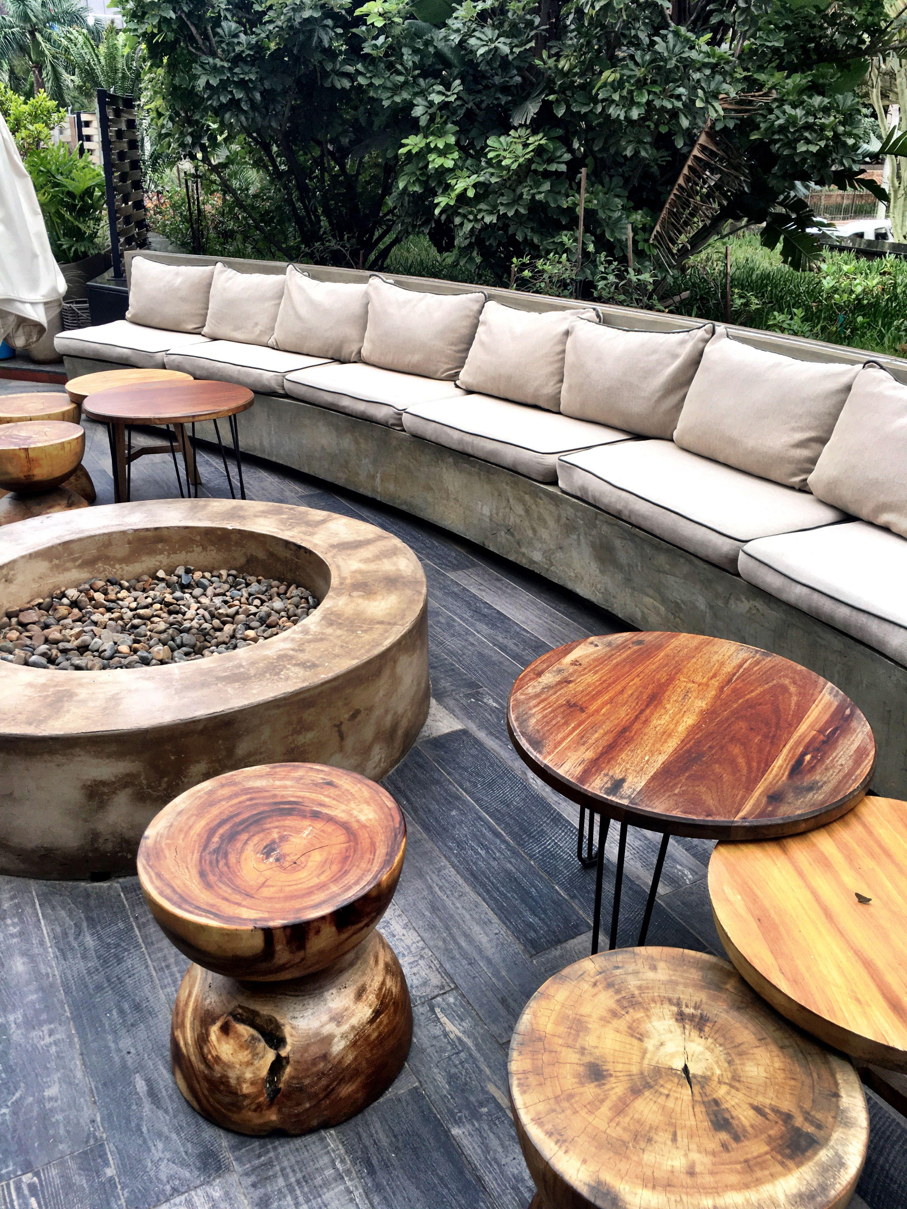 Brasero Maison Du Monde tabourets en #bois brut, #brasero, #banquette en #béton