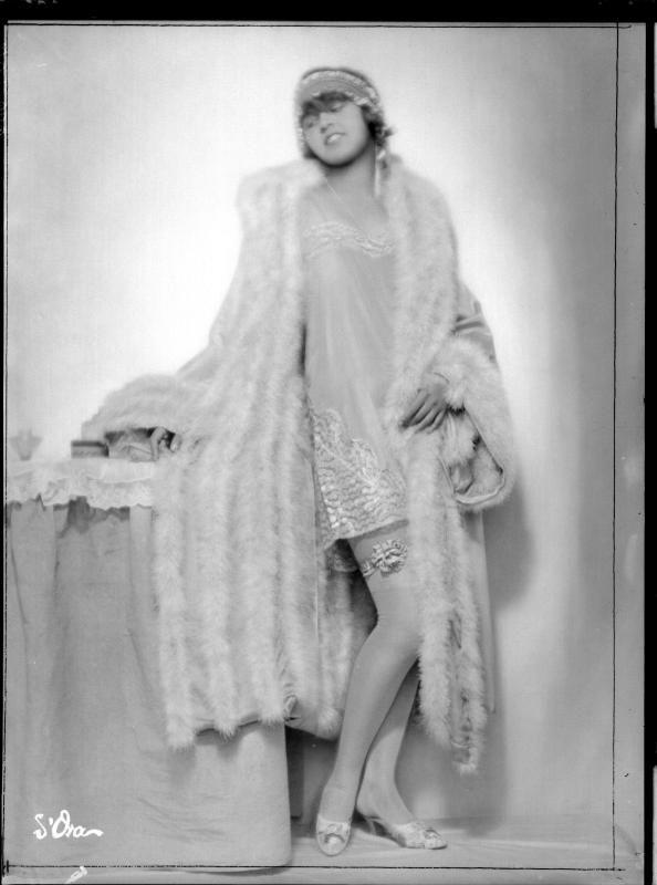 """Description: Dame in Wäsche der """"Zwieback-Moden""""; Bezeichnung: d'Ora Creator: Madame d'Ora, Atelier Date: 1926-11-13"""