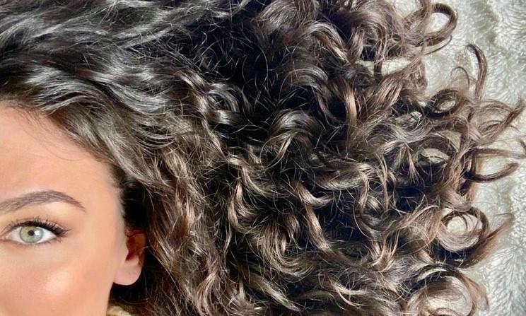 Ce shampoing solide pour cheveux bouclés fournit des protéines capillaires naturelles