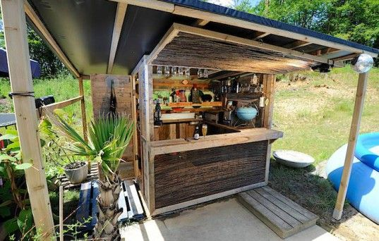 How To Build Your Own Bodacious Beach Bar From 7 Discarded Shipping Pallets Outdoor Pallet Bar Outdoor Diy Projects Pallet Diy