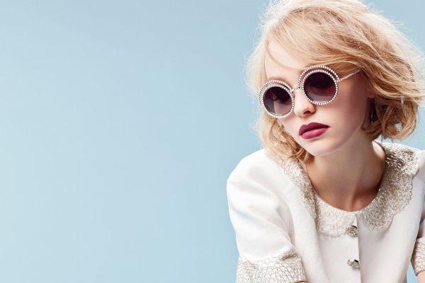 EI LITTA PERLE: Ikke nok med at Lily-Rose gikk Chanel Haute Couture-showet i paris forrige uke, nå er hun også utnevnt til merkets ambassadør og perlekolleksjonens ansikt utad. Foto: Chanel