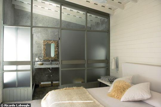 Une chambre ouverte sur la salle de bains
