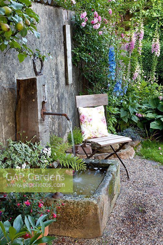 #eines  #rustikalen  #wasserspiels #Sitz #in #der  Sitz in der Nähe eines rustikalen Wasserspiels #waterfeatures