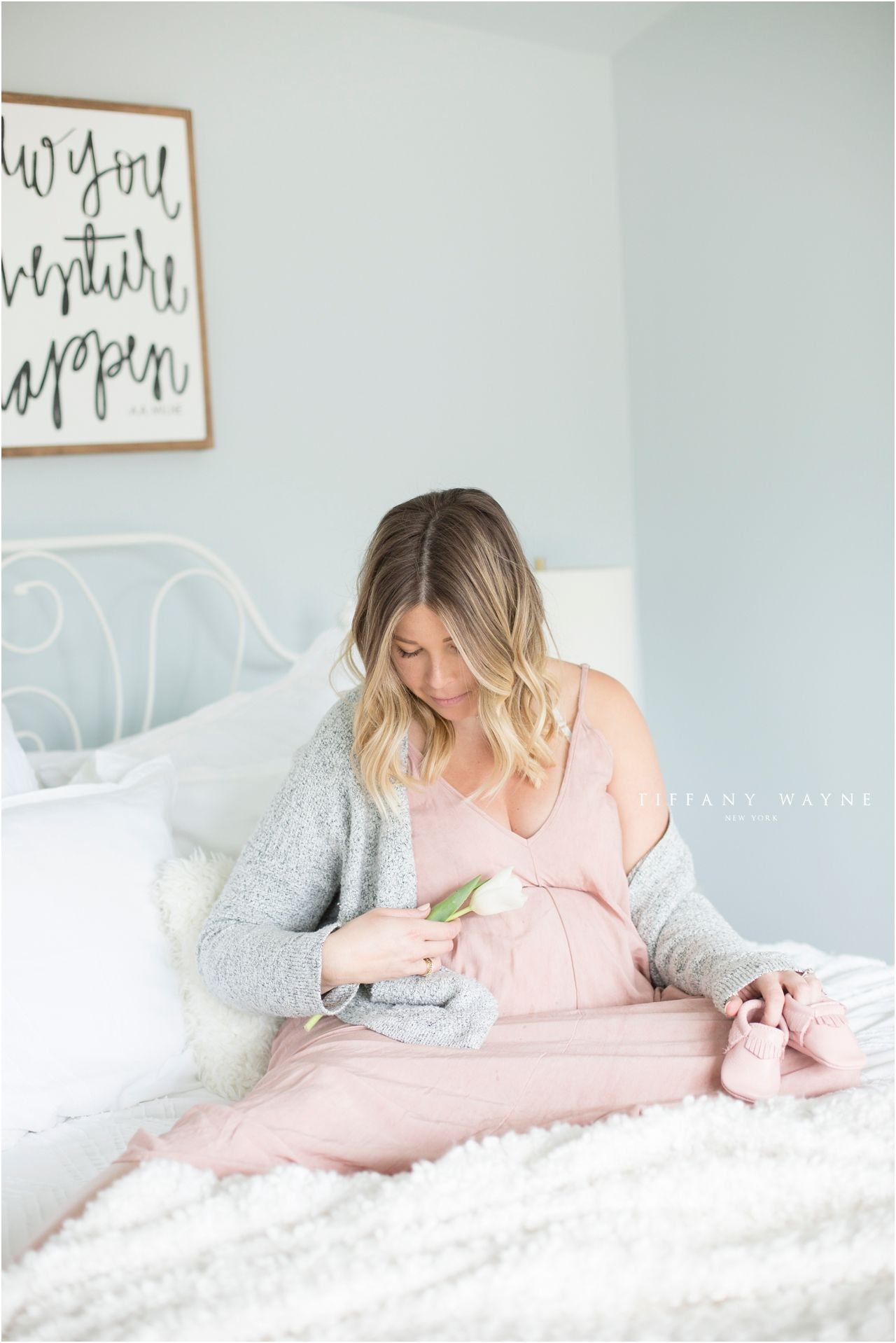 Maternity photo shoot ideas indoors at home | Maternity photos in ...