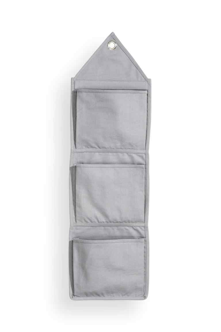 a700b0cac6 Portaoggetti da parete: Portaoggetti da parete in tela con tre tasche.  Occhiello in alto per appenderlo. Misure 27x95 cm.