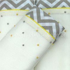 Conjunto de três fraldas bordadas manualmente.  Fralda para bebê, Cremer Luxo, em tecido 100% algodão.  Barra em tecido 100% algodão chevron cinza.  Bordado poá amarelo e cinza.  Cada pacote vem com três fraldas.  Produto artesanal.  Tecido da barra e pontos/cores dos bordados podem variar.