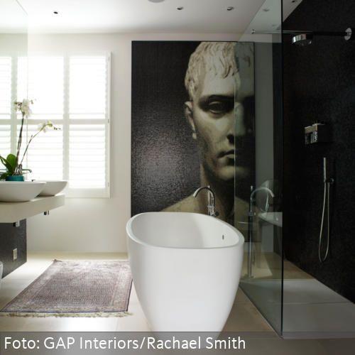 Freistehende Badewanne im Designer-Bad mit Wandbild | Badezimmer ...