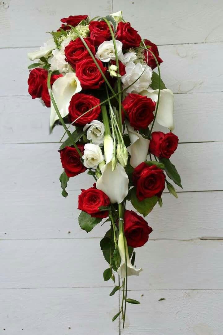 Abfliessender Brautstrauss mit roten Rosen  Calla