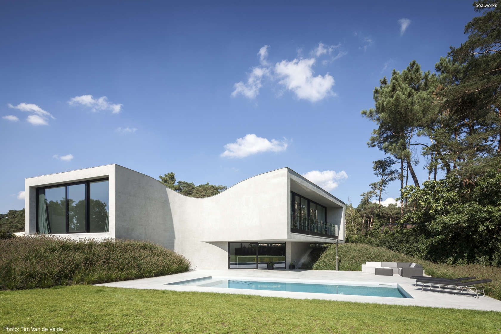 These houses with blank white, solid façades transform architecture ...