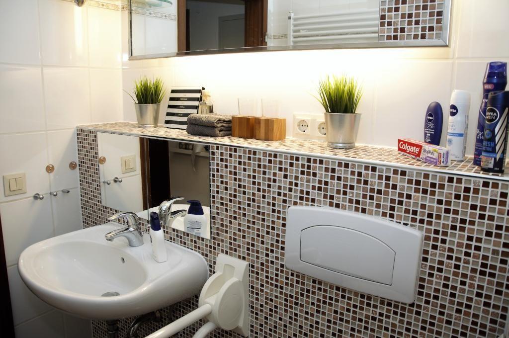 schnes badezimmer mit mosaikfliesen und indirekter beleuchtung badezimmer - Schwarzweimosaikfliese Backsplash