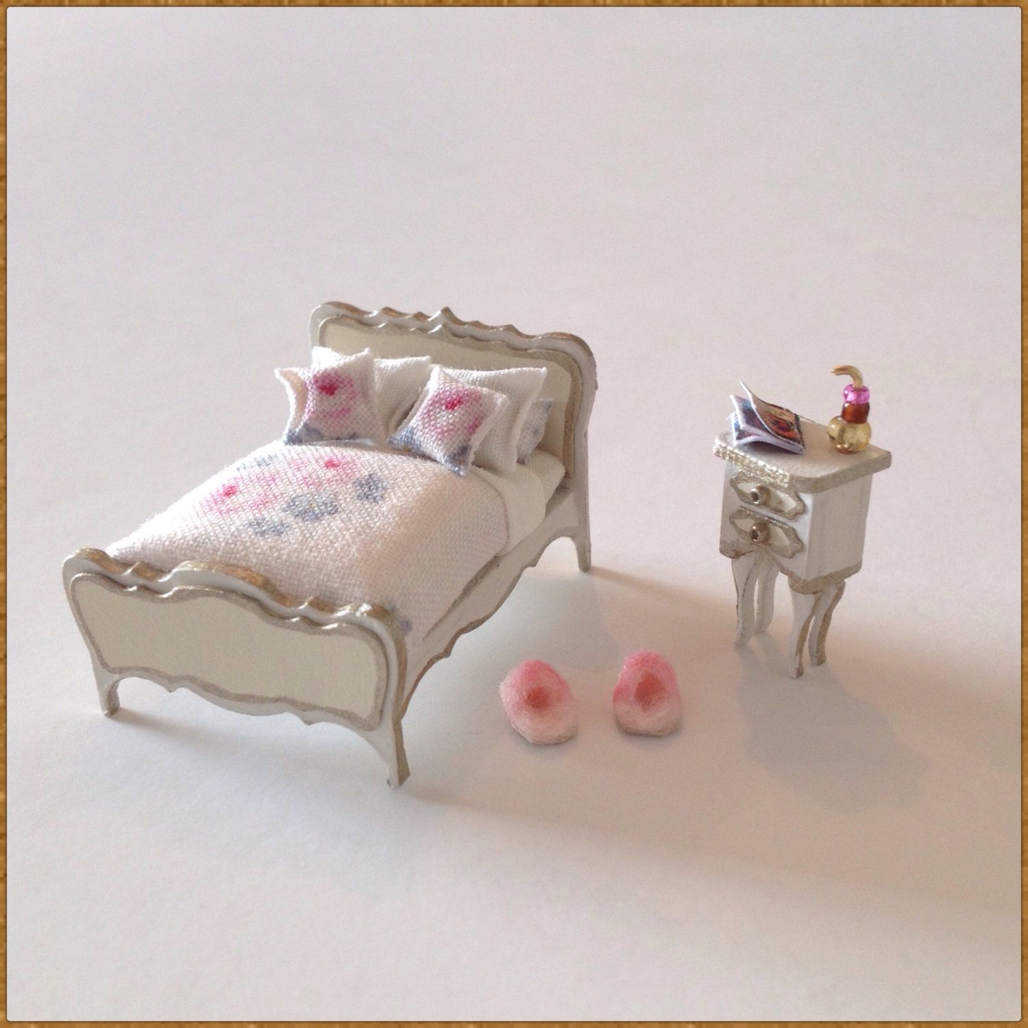 Miniature 1/4 1:48 QS Quarter Inch Scale Shabby Chic Double Bed Dressed And  Bed Side Table For Doll House Bedroom Furniture OOAK