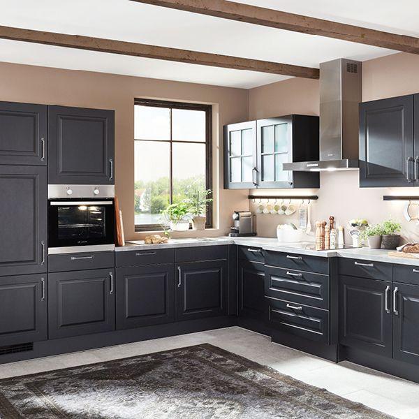 Küche übers Eck mit Rahmenfronten in Lack Schwarz matt