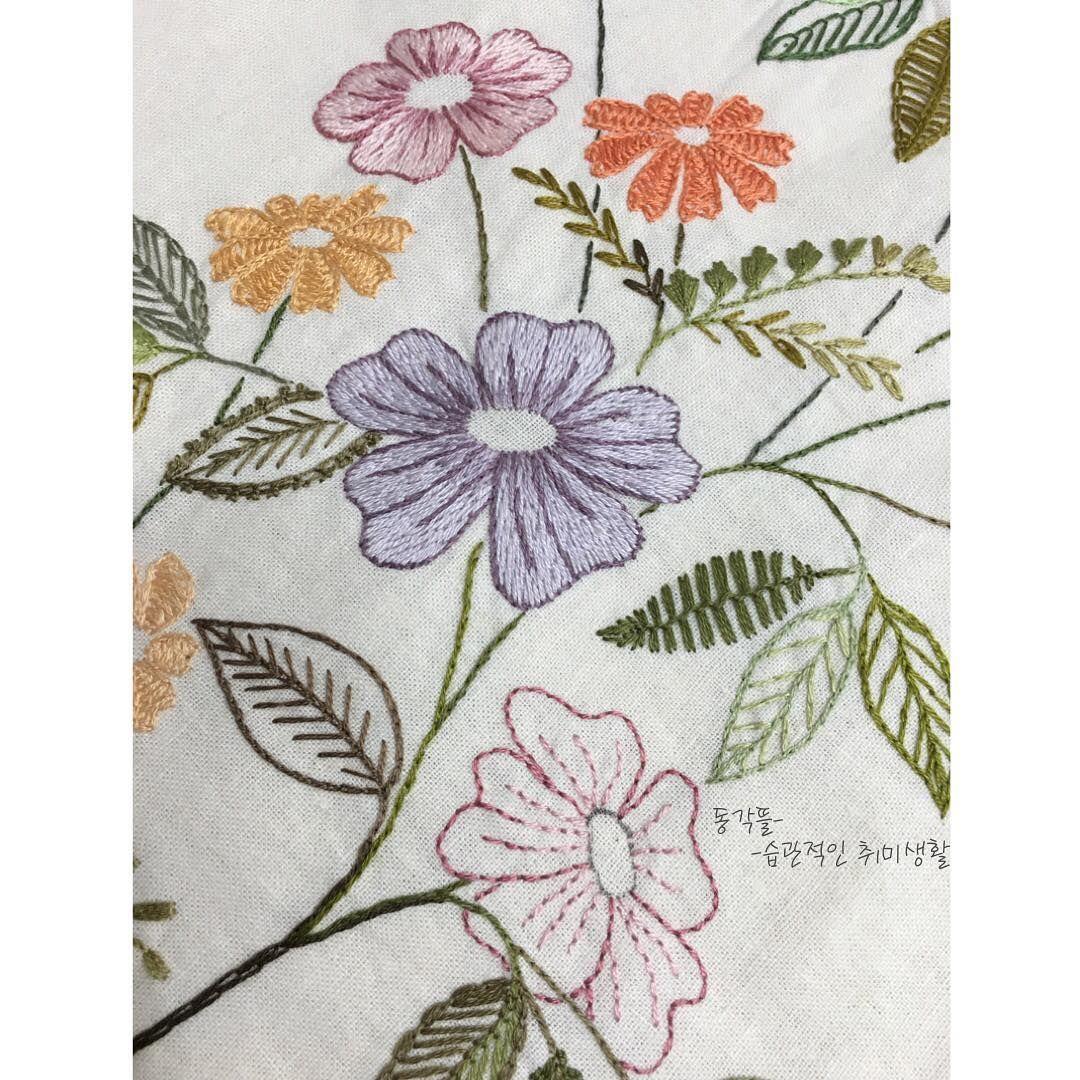 드뎌~~ 꽃에 씨앗놓을 순서가 되었다~~ 끝이 보인다~~^^ 빨리 끝내고  얼마전 구입해놓은 페키지 도일리 떠야지~ #동각뜰 #동각뜰자수 #꽃수 #프랑스자수 #야생화자수#handmade #embroidery #stitch  #knitting #미완성#프렌치넛