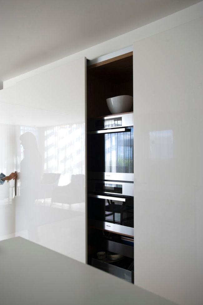 elektrogeräte küchenzeile hinter hochglanz weiss schiebetüren ...