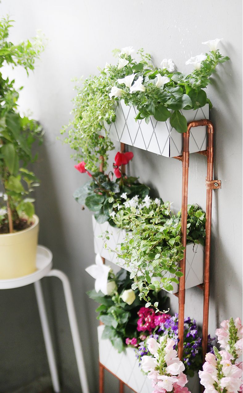 diy f r kleine balkons pflanzregal aus kupferrohren selbstgemacht balkon gestaltung. Black Bedroom Furniture Sets. Home Design Ideas