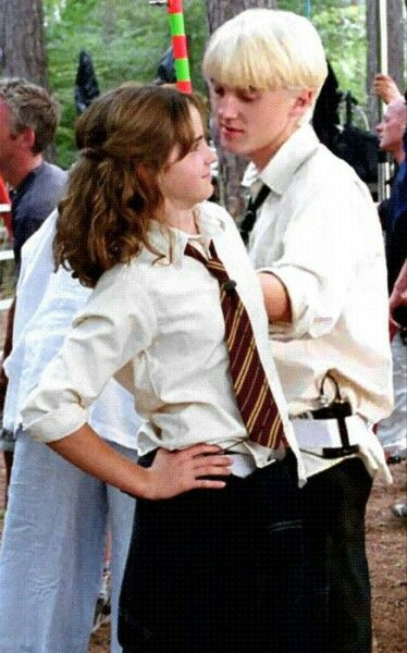 Dramione Nah Mate Have You Seen The Whole Photo Emma Is Being Sassy To Alfonso The Director A Immagini Di Harry Potter Harry Potter Divertente Harry Potter