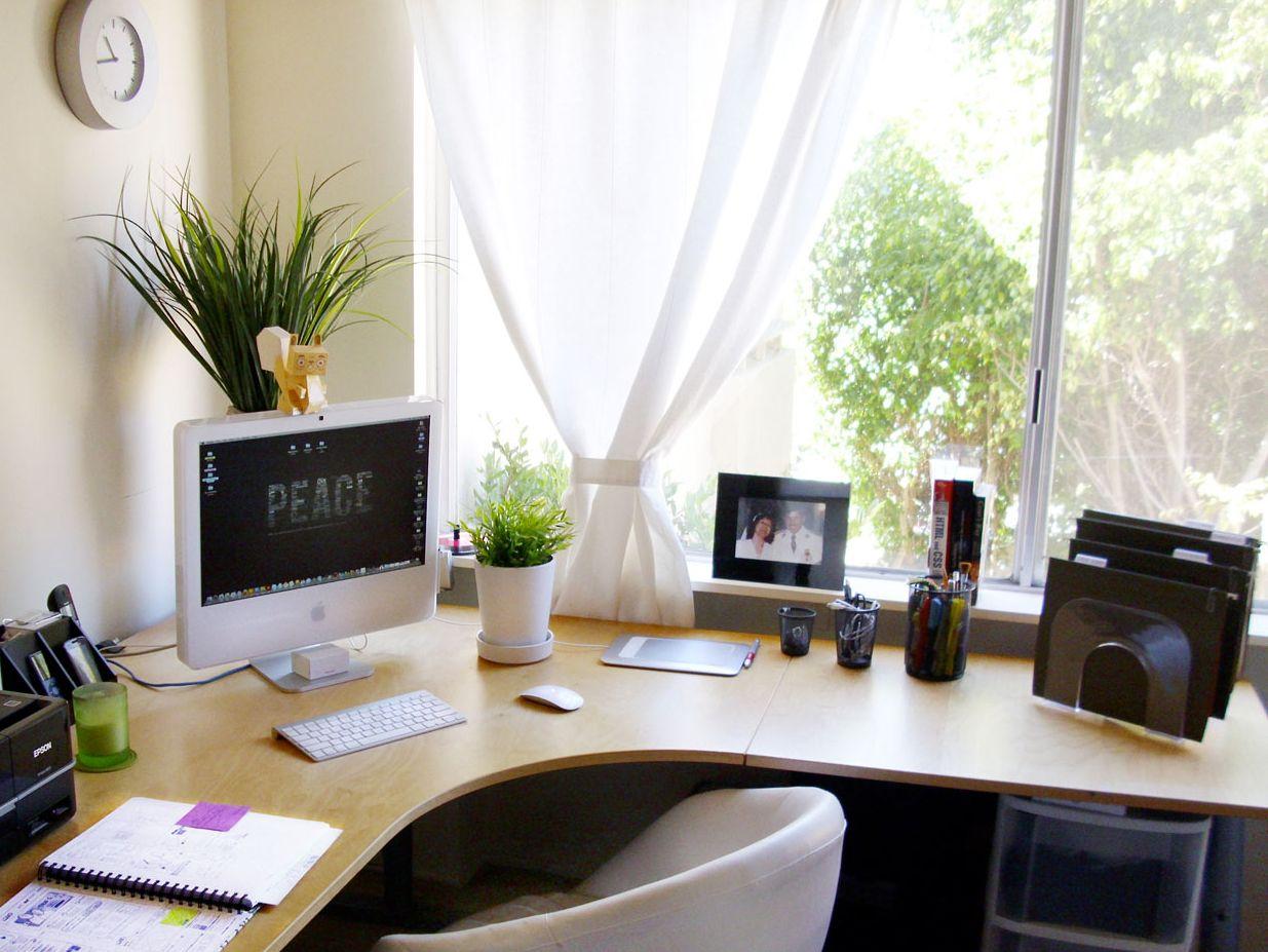 6 Tips Para Decorar Tu Espacio De Trabajo En Casa Belelu Decoraciones De Cubiculos De Oficina Decoracion De Mesas De Oficina Decorar Oficinas De Trabajo