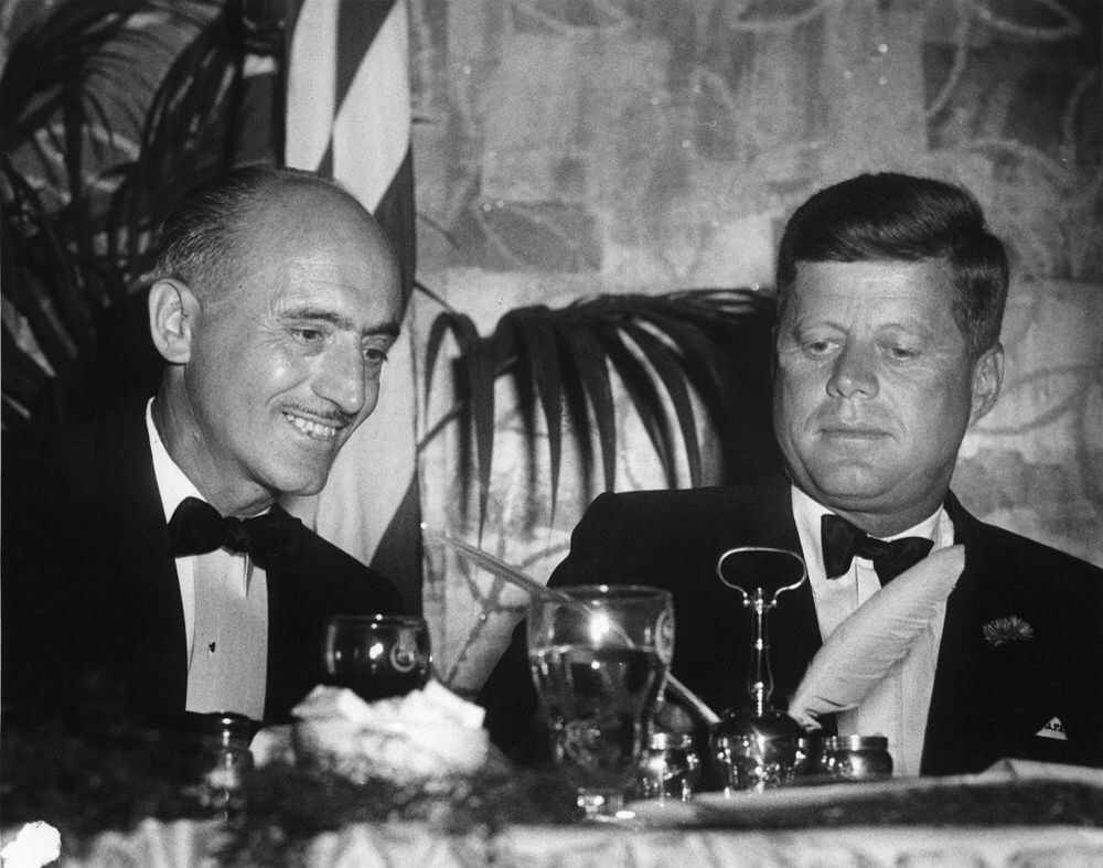 1962 27 Avril Charles Del Vecchio By Abbie Rowe John F Kennedy Sits Behind A Table With Washington Post P John F Kennedy John Fitzgerald Jacqueline Kennedy