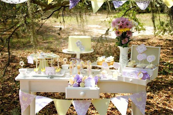 mesa de dulces en el jardn con decorado de bandern