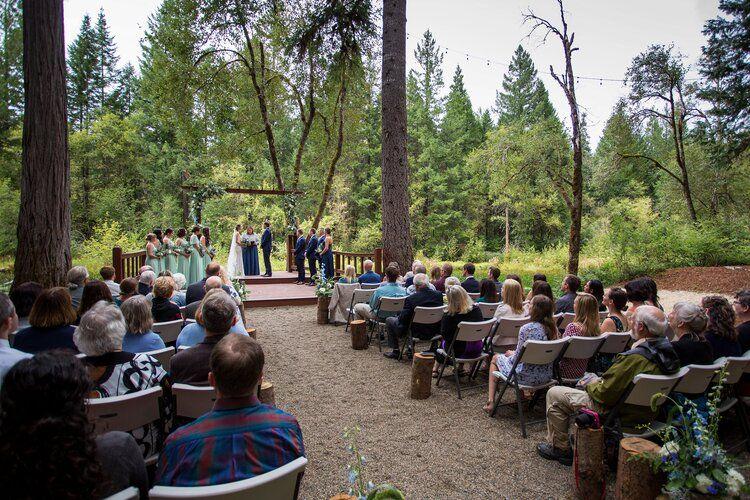 Holiday Farm Resort Eugene Oregon Wedding Venue In 2020 Wedding Venues Oregon Oregon Wedding Rose Photography