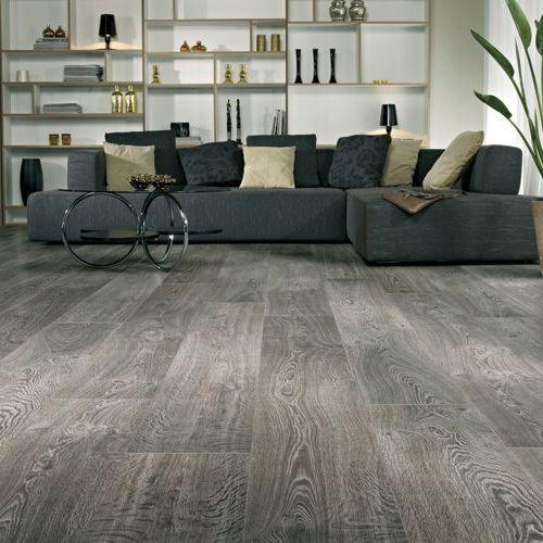 Tarima tono gris en un salon tarimas pintadas for Decoracion piso gris
