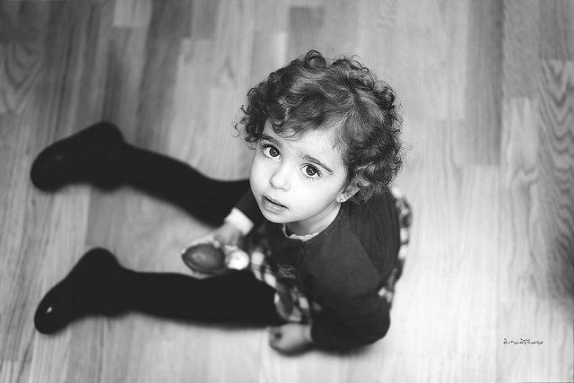 Foto de niño sentado en el piso