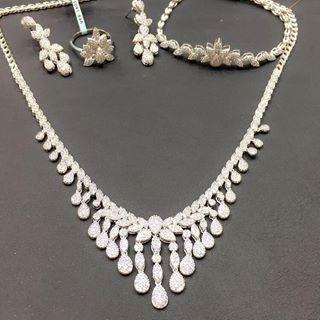 طقم ذهب ابيض موديل الماس تجدونه لدينا في معرض الزاوية الشرقية الرياض شارع العليا العام أسواق طيبة محل رقم 178 ذهب Diamond Necklace Necklace Jewelry