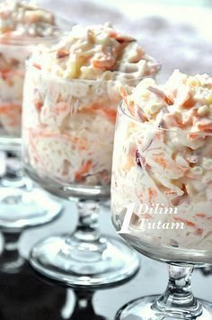 Amerikanin meshur lahana salatasi.Orjinalinde sadece mayonez ile yapilan bu salataya süzme yogurt konunca daha bir hafif salata ortaya ciki...