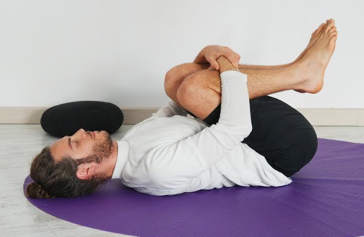Apanasana es un ejercicio para relajar la zona lumbar y desbloquear la  espalda… 1ffd51b0d8e2