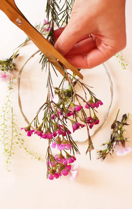 DIY Couronne de fleurs   Couronne de fleurs, Fleurs et Diy